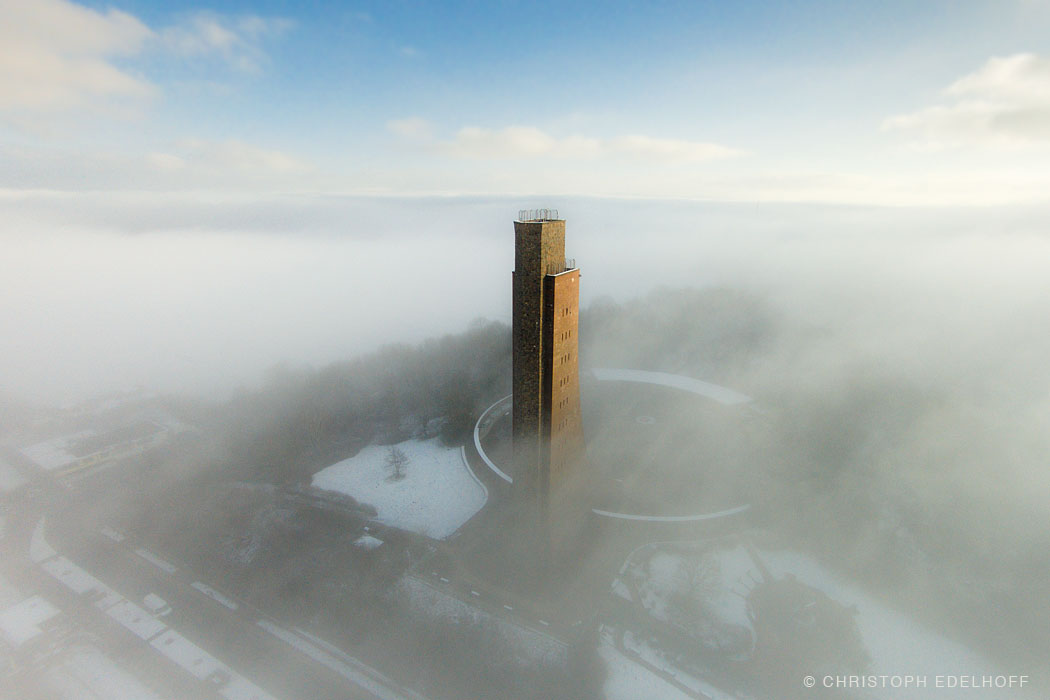 DJI00999-Laboe_Ehrenmal_winter_nebel_web